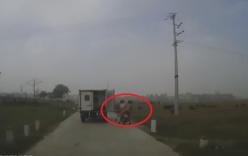 Xe chở phạm quên đóng cửa, đập văng người đi xe máy ngã lộn nhào