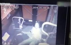 Nữ tài xế bị hất văng khỏi ghế lái, xe buýt lao mất kiểm soát vào trường học