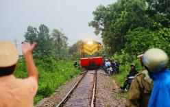 Tránh lũ trên đường ray, hàng trăm người tháo chạy khi tàu hỏa lao đến