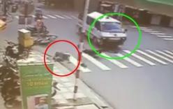 Video: 2 thanh niên bị xe cứu thương tông văng xa hàng chục mét