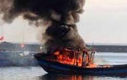 Tàu cá bốc cháy, hàng chục ngư dân nhảy xuống biển