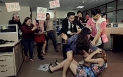 Cô giáo bị 3 phụ nữ xông vào trường đánh ghen, làm nhục
