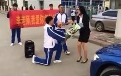 Nam sinh cấp 3 quỳ gối cầu hôn cô giáo giữa đường