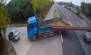 Thanh dầm trên xe tải gạt phăng nóc xe SUV