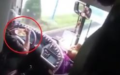 Những tài xế buông vô lăng đi giày, ăn mì ở Việt Nam gây phẫn nộ