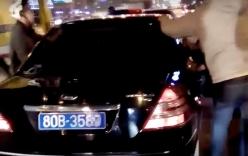 Video: Truy đuổi xe biển xanh gây tai nạn rồi bỏ chạy ở Hà Nội