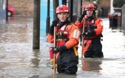 Video: London ngập trong biển nước vì vỡ đường ống 100 tuổi