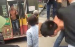 Tài xế và phụ xe bus bị cả làng chặn đánh