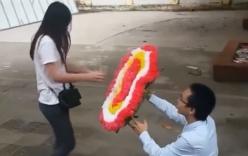 Chàng trai cầu hôn nữ sinh bằng vòng hoa gây sốt