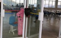 Giải cứu bé gái bị kẹt đầu giữa hai cửa kính ở trường học