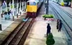 Video: Lao vào đoàn tàu, người đàn ông thoát chết kỳ lạ