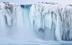 Cận cảnh thác nước cao 75m đóng băng ở nhiệt độ -35 độ C