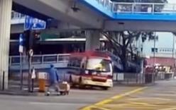 Tài xế drift xe buýt để tránh đèn đỏ