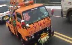Video: Màn rước dâu cực độc bằng 15 chiếc xe cứu hộ ở Vĩnh Phúc