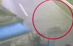 Tài xế bay ra từ cabin xe tải mất lái rồi đập mạnh xuống đất
