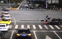 Video: 3 học sinh bị ô tô hất tung vì sang đường lúc đèn đỏ
