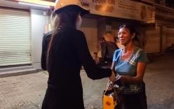 Hồ Ngọc Hà đi xe máy trao quà cho người vô gia cư