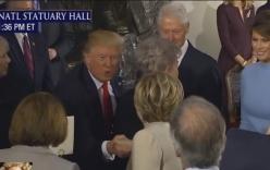 Video: Trump và Clinton bắt tay gượng gạo trong tiệc nhậm chức