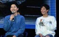 Song Joong Ki ôm ấp đàn em Park Bo Gum khiến fan thích thú