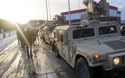 Xe tải quân sự Mỹ lật, đánh rơi vỏ xe tăng xuống đường