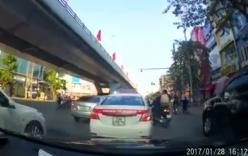 Người đàn ông đi SH nổi xung đánh tài xế taxi