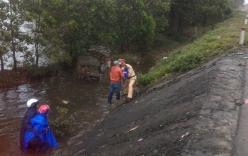 CSGT cứu người mẹ chở con trai 4 tuổi lao xuống ruộng sâu