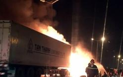 Tài xế bất lực nhìn xe container cháy dữ dội trên cầu Thanh Trì
