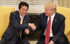 Cái bắt tay lạ của Trump với Thủ tướng Nhật Shinzo Abe