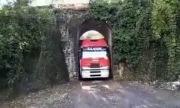 Xe tải chui qua đường hầm siêu hẹp