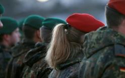 Báo Đức hé lộ bê bối nữ tân binh bị ép khỏa thân, múa cột trong căn cứ