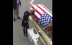 Video: Vợ chết lặng bên quan tài chồng quân nhân gây xúc động