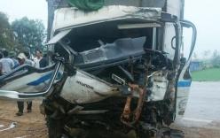 2 xe tải đối đầu, người dân phá cabin cứu tài xế mắc kẹt