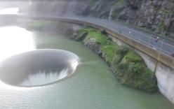 Video: Cảnh tượng đập tràn khồng lồ hút nước giữa hồ hiếm gặp ở Mỹ