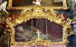 Bộ xương dát vàng, nạm ngọc trong tu viện 700 năm tuổi