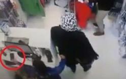 Clip phẫn nộ người mẹ dàn cảnh để con nhỏ trộm điện thoại