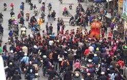 Video: Người dân Hà Nội đổ xô ra đường xem