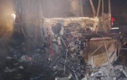 Container tông dải phân cách, cháy ngùn ngụt trong đêm