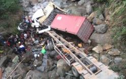 Xe tải và container lao thẳng xuống suối, 4 người bị thương
