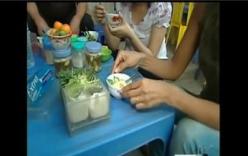 Video: Phóng viên CNN được người Hà Nội đưa đi ăn trứng vịt lộn
