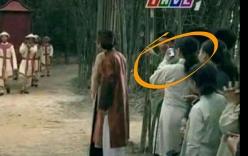Diễn viên quần chúng phim cổ trang hồn nhiên dùng điện thoại