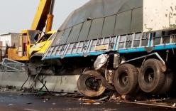 Xe tải mất lái, leo lên dải phân cách rồi lật nghiêng