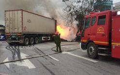 Va chạm giao thông: Xe giường nằm và xe container bốc cháy ngùn ngụt