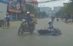 Video: Đút tay vào áo ấm chạy xe máy, cô gái bị tông ngã nhào ra đường