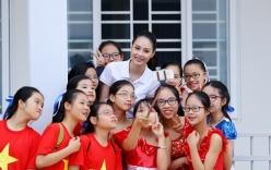 Hoa hậu Biển Thùy Trang được học sinh quây kín tại sự kiện