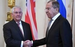 Ngoại trưởng Nga - Mỹ lạnh nhạt, khiên cưỡng bắt tay nhau