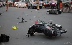2 phụ nữ bị hất văng khi tạt đầu ôtô