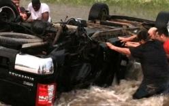 Video: Nghẹt thở giải cứu ba cha con trong xe lật úp giữa dòng lũ