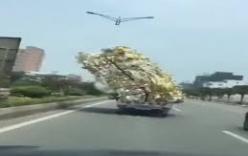 Xe tải chất cao như núi, chạy băng băng mà không đổ
