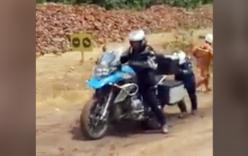 Xe tay ga bỏ xa môtô phân khối lớn trên đường dốc