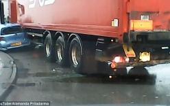 Giật mình với khoảnh khắc xe tải ép bẹp xe 4 chỗ khi vào cua